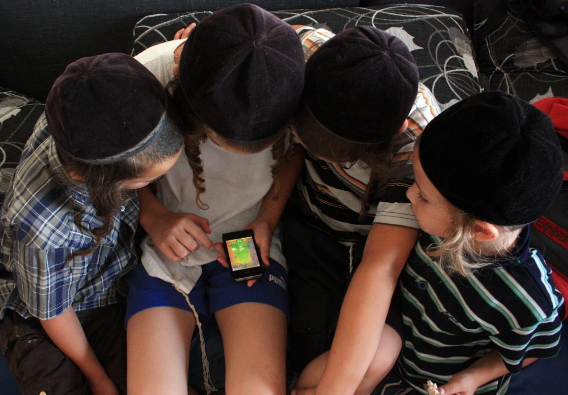 iphone Xmas Tree Haridim children.jpg